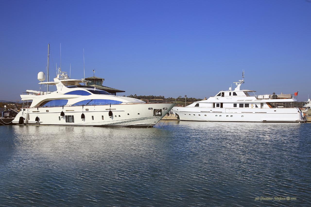 Due mega yacht battenti bandiera inglese a marina dei for Il canotto a bordo degli yacht