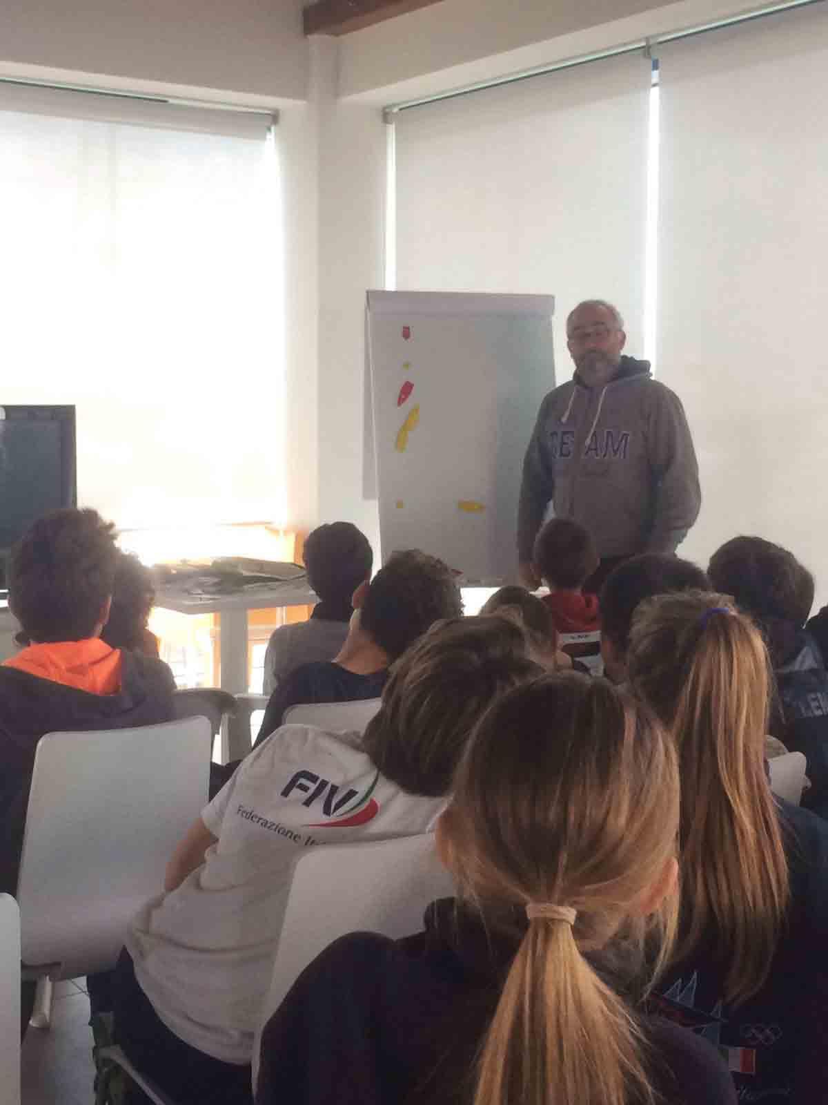 Uno dei quotidiani momenti di approfondimento post regata dei giovanissimi provenienti da tutta Italia presso lo Yacht Club di Marina dei Cesari