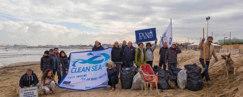 Tutti insieme per un mare più pulito: una mattina dedicata alla pulizia della spiaggia libera Arzilla di Fano