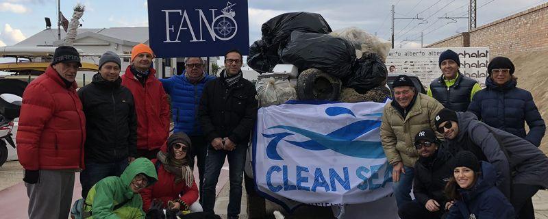 Nasce #BandaBurrasca a Fano per pulire la spiaggia con qualsiasi meteo in nome di Clean Sea Life