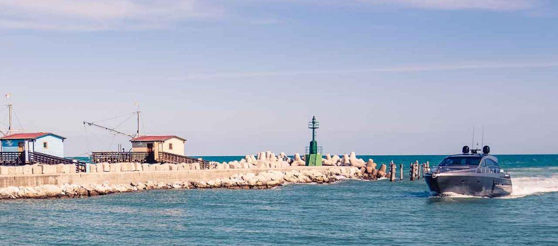 Lege dein Boot in Italien in der Marina dei Cesari an: Es erwarten dich vorteilhafte Angebote!