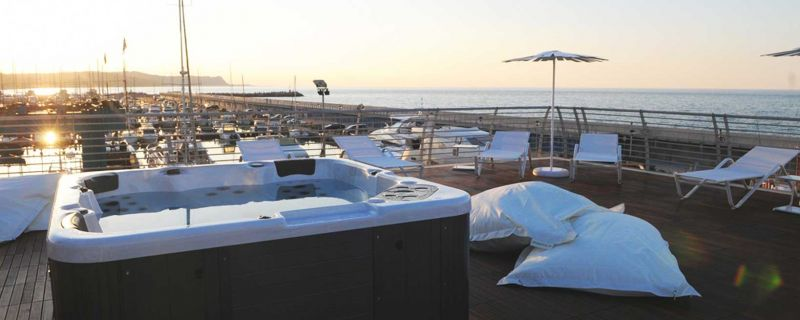 Aperitivo sul roof garden a Marina dei Cesari